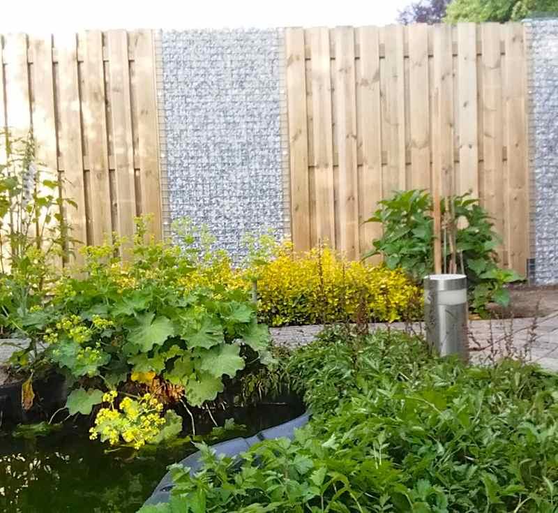 Gartenzaun mit Kies