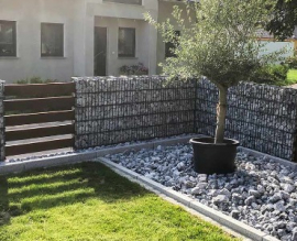 Moderner Sichtschutz im Garten aus Gabionen