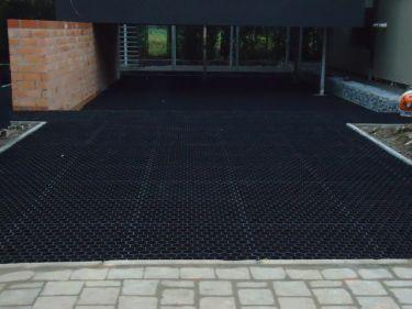 Easygravel® Kiesgitter schwarz verwendet auf Einfahrt