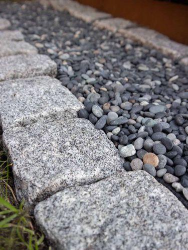 Kopfsteinpflaster hellgrau in Kombination mit Beach Pebbles Schwarz 5 - 8mm