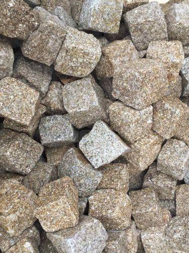 Kopfsteinpflaster Granit gelb nass