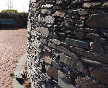 Eine Trockenmauer bauen aus Bruchsteinen oder Gabionensteinen