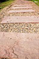 Gartenweg mit Trittsteine und kies